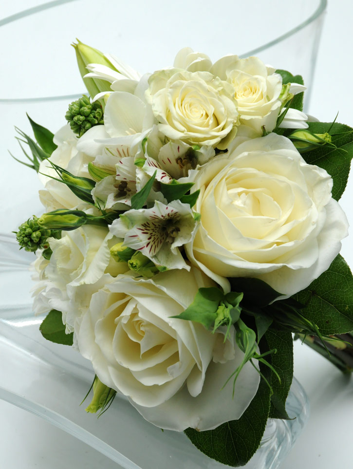 3 rose bouquet garden white