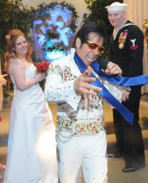 A couple chose to get married by Elvis in Las Vegas